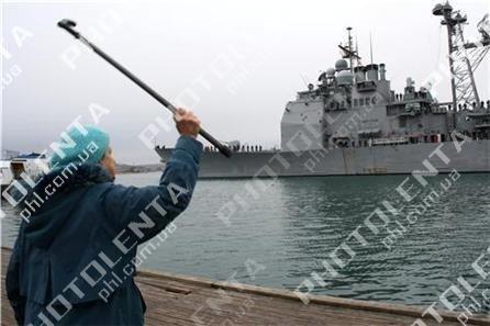 Американский крейсер в Севастополе встретили акцией протеста (фото), фото-2