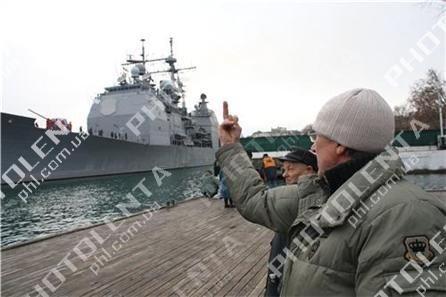 Американский крейсер в Севастополе встретили акцией протеста (фото), фото-5