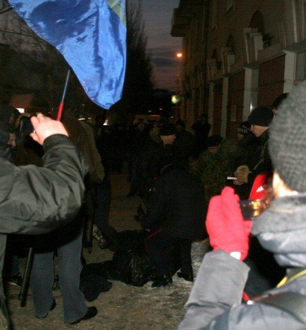 В Донецке во время шествия, посвященного памяти Героев Крут, напали на журналистов и участников акции (фото), фото-2