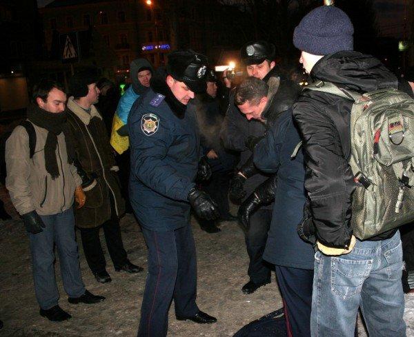 В Донецке во время шествия, посвященного памяти Героев Крут, напали на журналистов и участников акции (фото), фото-3