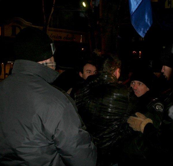 В Донецке во время шествия, посвященного памяти Героев Крут, напали на журналистов и участников акции (фото), фото-4