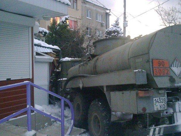 В Алупке попал в аварию бензовоз, груженный десятью тоннами топлива (ФОТО), фото-8