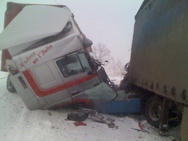 В Крыму на скользкой дороге «лоб в лоб» столкнулись две фуры (фото), фото-1