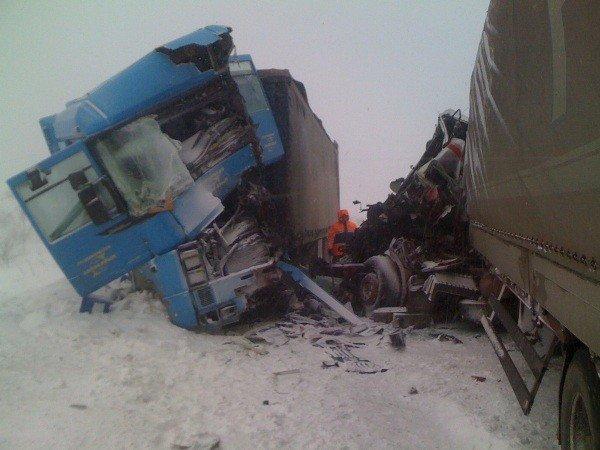 В Крыму на скользкой дороге «лоб в лоб» столкнулись две фуры (фото), фото-2