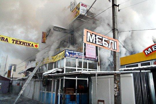 Пожежу на тернопільському ринку гасили понад 30 МНСників (фото), фото-3