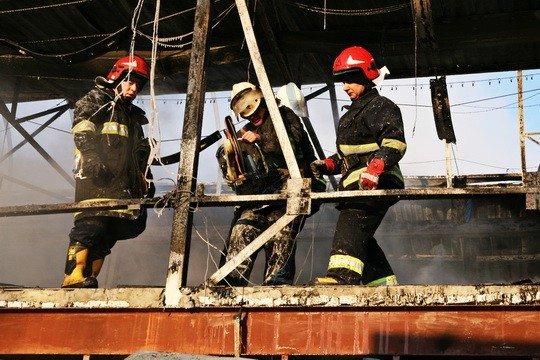 Пожежу на тернопільському ринку гасили понад 30 МНСників (фото), фото-6