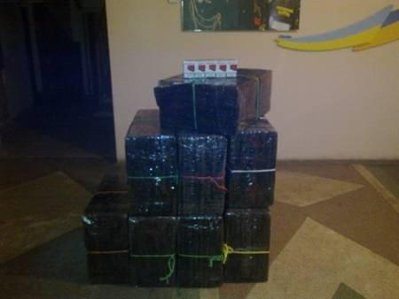 Мукачівські прикордонники виявили вісім ящиків цигарок (ФОТО), фото-1