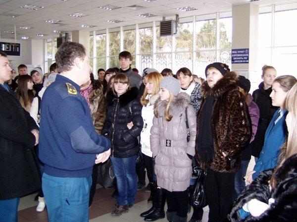 Таможенники показали симферопольским школьникам аэропорт (фото), фото-1