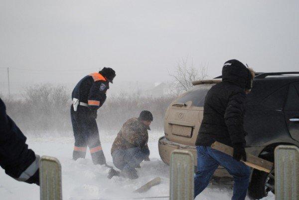 В Крыму ГАИшники помогают водителям выталкивать машины из сугробов (фото), фото-1