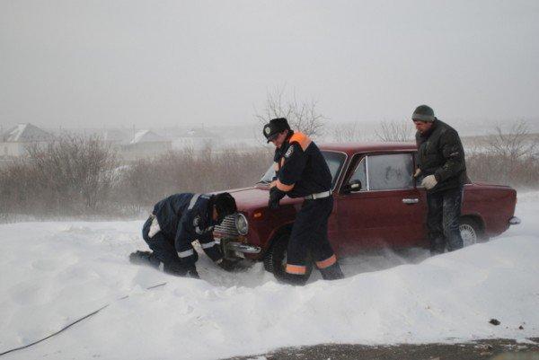 В Крыму ГАИшники помогают водителям выталкивать машины из сугробов (фото), фото-2