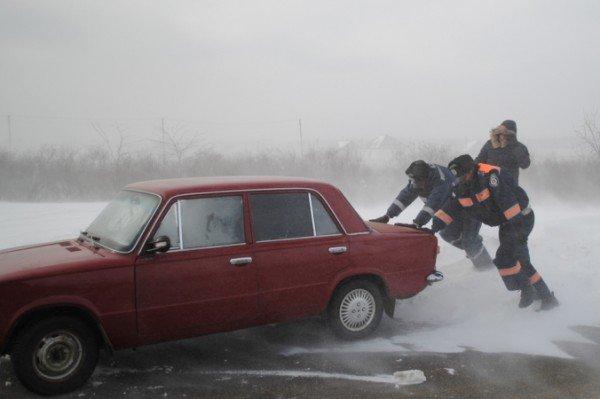 В Крыму ГАИшники помогают водителям выталкивать машины из сугробов (фото), фото-3
