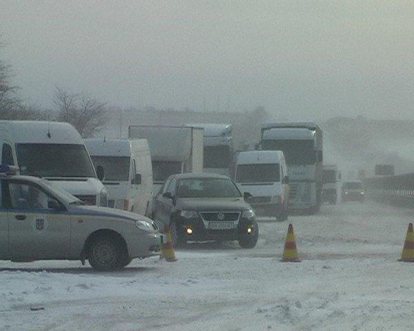 В Крыму ГАИшники помогают водителям выталкивать машины из сугробов (фото), фото-4