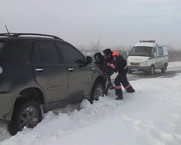 В Крыму ГАИшники помогают водителям выталкивать машины из сугробов (фото), фото-5