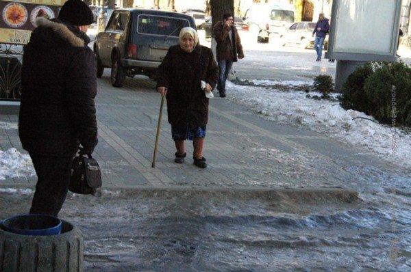 В центре Симферополя горожане участвуют в «танцах» на льду (фото), фото-1