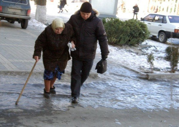 В центре Симферополя горожане участвуют в «танцах» на льду (фото), фото-2