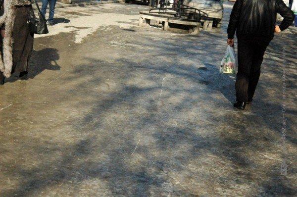 В центре Симферополя горожане участвуют в «танцах» на льду (фото), фото-4