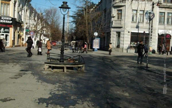 В центре Симферополя горожане участвуют в «танцах» на льду (фото), фото-6