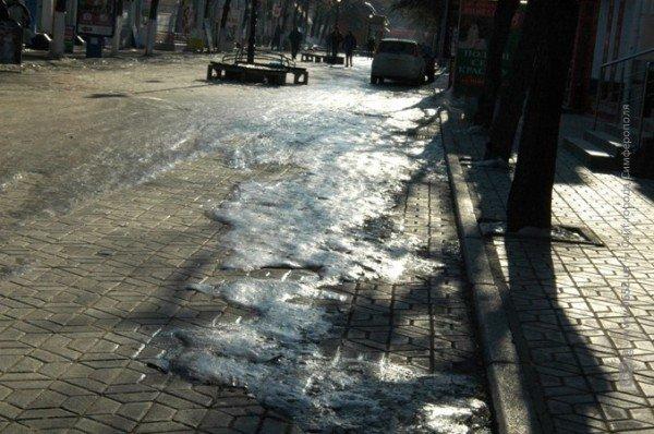 В центре Симферополя горожане участвуют в «танцах» на льду (фото), фото-7