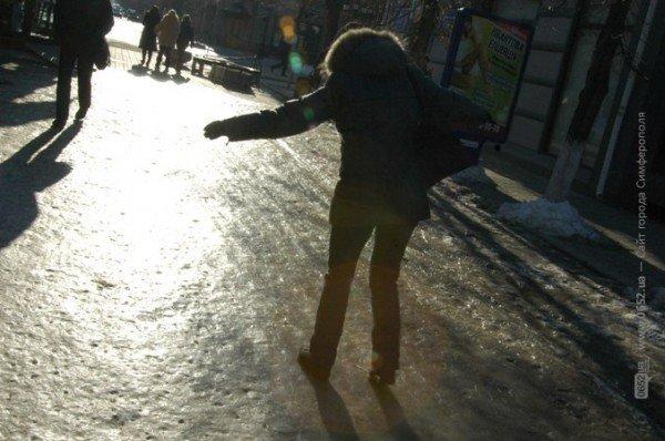 В центре Симферополя горожане участвуют в «танцах» на льду (фото), фото-8