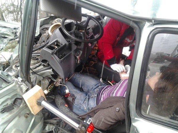Спасатели вытащили из покореженной легковушки двух жительниц Симферополя (добавлены фото), фото-1