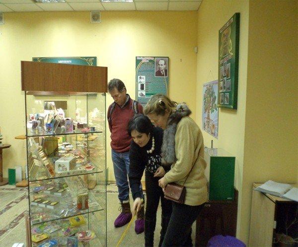 Горловский музей миниатюрной книги посетили гости из Нидерландов, фото-1