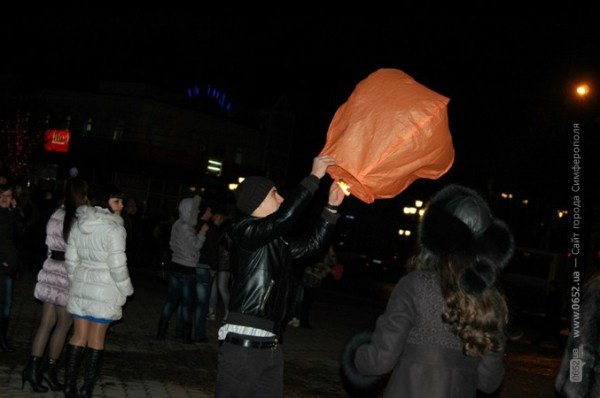 В День святого Валентина симферопольцы запускали небесные фонарики (фото), фото-1