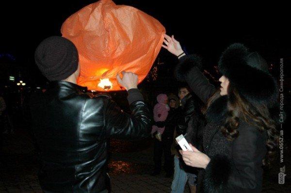 В День святого Валентина симферопольцы запускали небесные фонарики (фото), фото-2