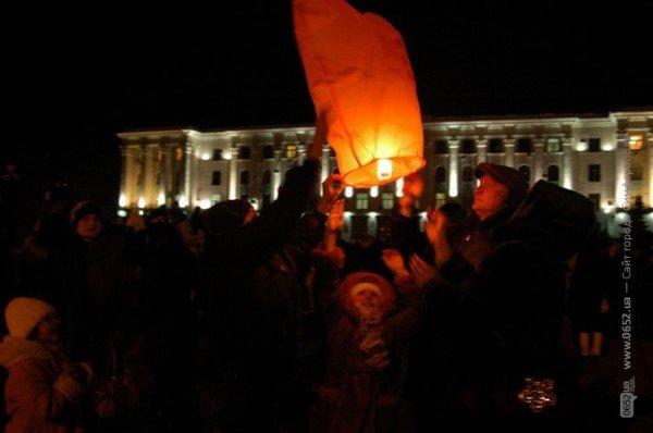 В День святого Валентина симферопольцы запускали небесные фонарики (фото), фото-4