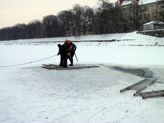 На Ужі знову визволяли качок з льдового полону (ФОТО), фото-1