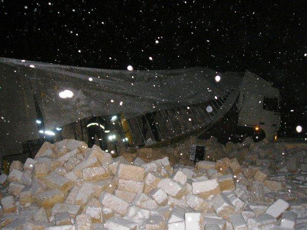 В Крыму фура завалила кирпичами железнодорожные пути (фото), фото-1