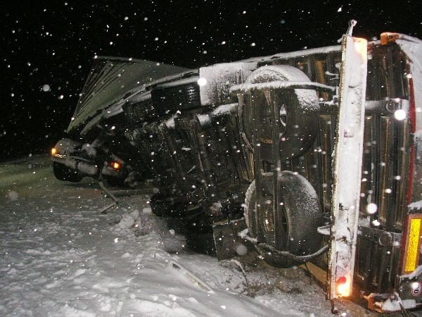 В Крыму фура завалила кирпичами железнодорожные пути (фото), фото-2