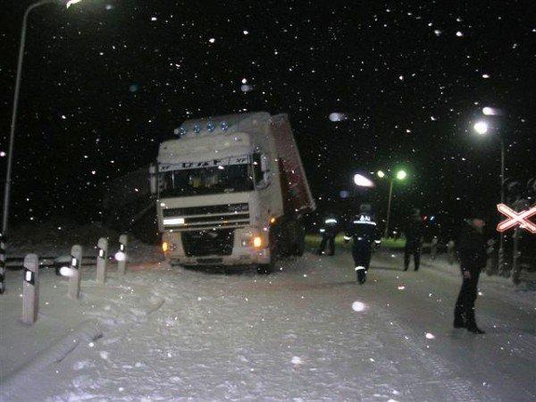В Крыму фура завалила кирпичами железнодорожные пути (фото), фото-3