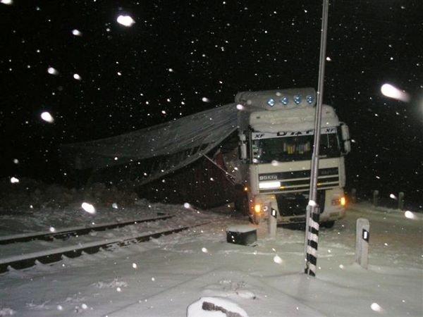 В Крыму фура завалила кирпичами железнодорожные пути (фото), фото-4