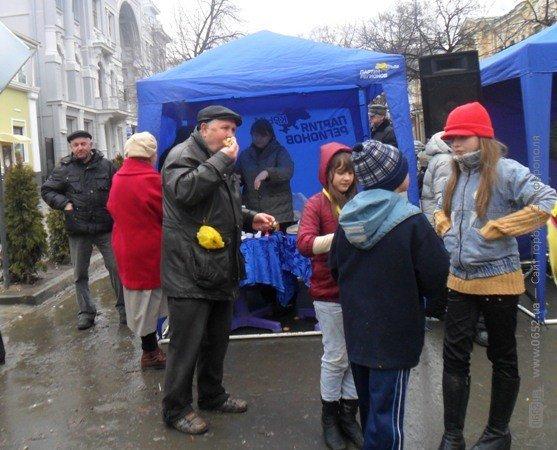 В центре Симферополя бесплатно кормили блинами – с вареньем, медом и сметаной (фото), фото-10