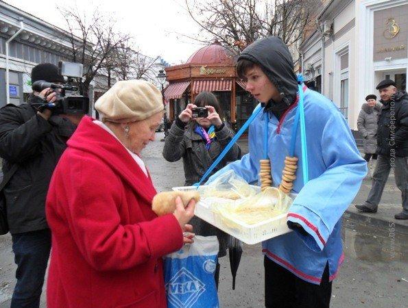 В центре Симферополя бесплатно кормили блинами – с вареньем, медом и сметаной (фото), фото-11