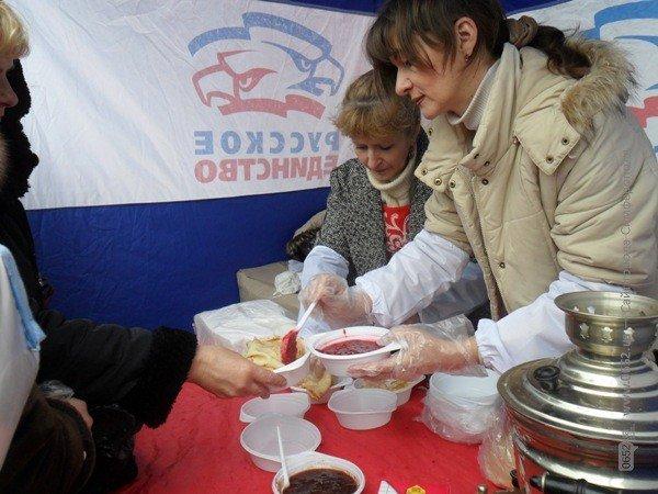 В центре Симферополя бесплатно кормили блинами – с вареньем, медом и сметаной (фото), фото-4