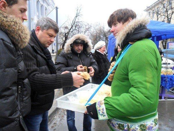 В центре Симферополя бесплатно кормили блинами – с вареньем, медом и сметаной (фото), фото-7