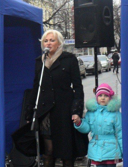 Крымский депутат пела для симферопольцев прямо на улице (фото), фото-1