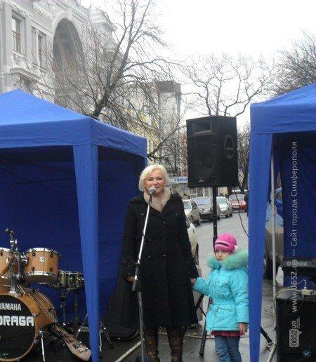 Крымский депутат пела для симферопольцев прямо на улице (фото), фото-3