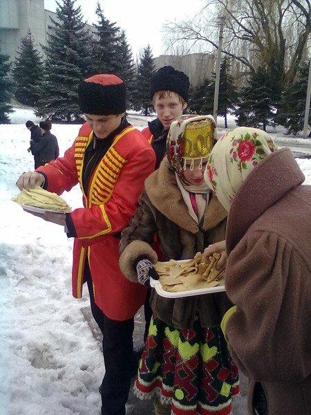 Вчера на площади Революции горловчанам раздали более 3000 бесплатных блинов, фото-1