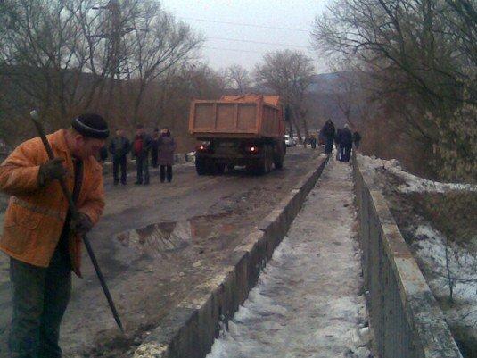 Через дерево під мостом МНСники перекрили дорогу на 2 години (ФОТО), фото-1