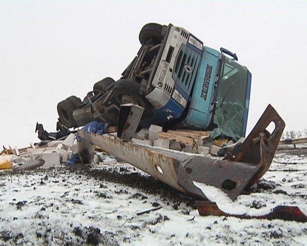 На  трассе Кривой Рог - Днепропетровск перевернулся грузовик (ФОТО), фото-1