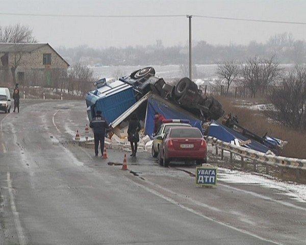 На  трассе Кривой Рог - Днепропетровск перевернулся грузовик (ФОТО), фото-5