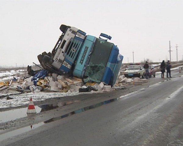 На  трассе Кривой Рог - Днепропетровск перевернулся грузовик (ФОТО), фото-6