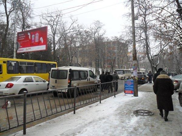 ДТП в Симферополе: минивэн «поцеловал» легковушку (фото), фото-1