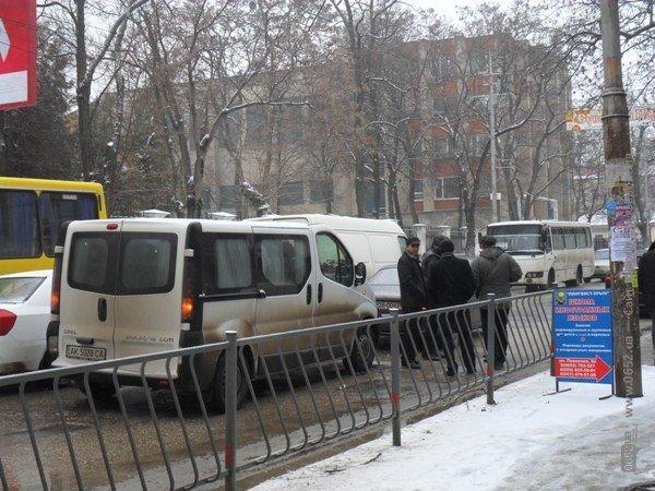 ДТП в Симферополе: минивэн «поцеловал» легковушку (фото), фото-2