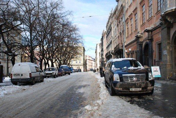 Центр Львова перетворився на суцільний паркінг. Влада покладає надії на ДАІ, фото-1
