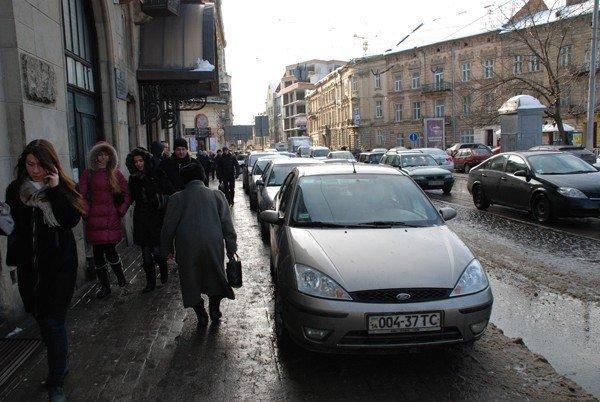 Центр Львова перетворився на суцільний паркінг. Влада покладає надії на ДАІ, фото-2