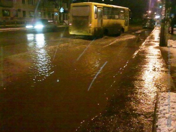 В Симферополе вода подтопила остановку (фото), фото-5
