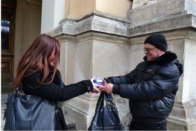 У Львові перехожим роздавали біло-блакитні «президентські кондоми», фото-3
